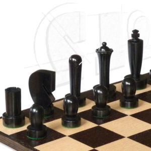Berliner Schachfiguren schwarz auf Schachbrett